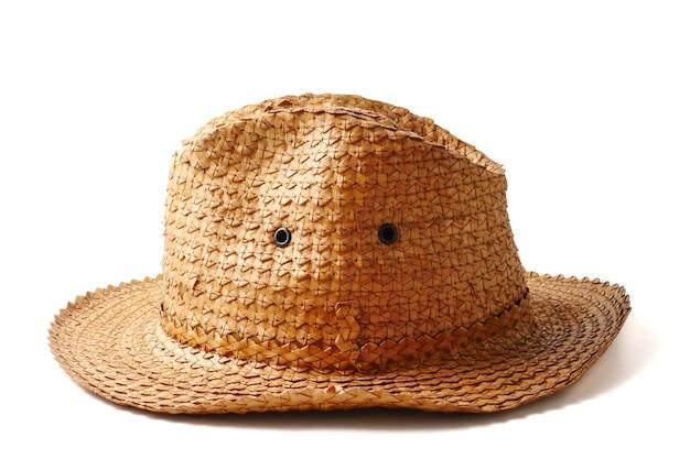 Chapeau de tissage à la main sur fond blanc.