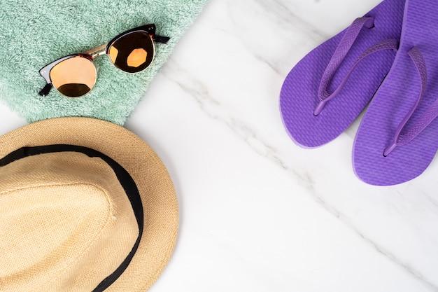 Chapeau, tongs et serviette