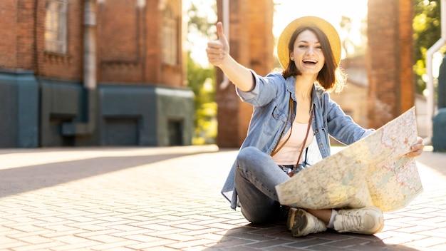 Chapeau touristique élégant, profitant des vacances
