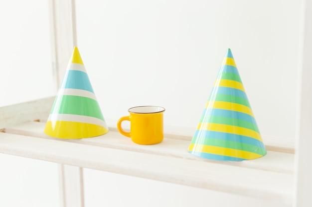 Chapeaux de cônes colorés rayés. concept de fête d'anniversaire de vacances.