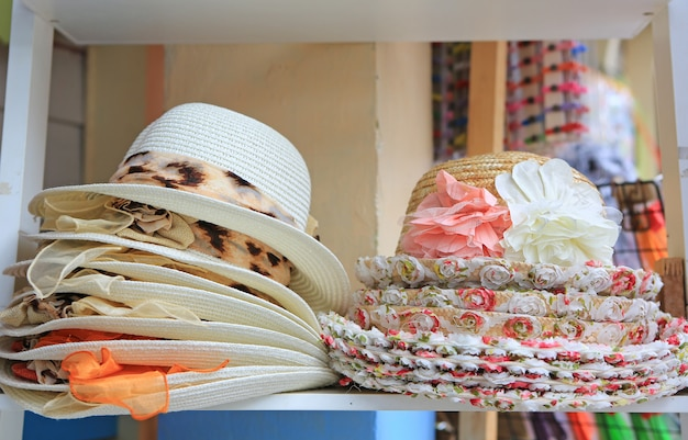Chapeaux d'été à vendre dans un étal de marché en plein air