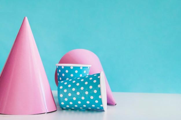 Chapeaux de fête et gobelets en papier