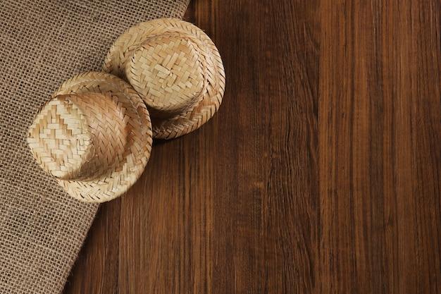 Chapeaux de fête junina brésiliens typiques.