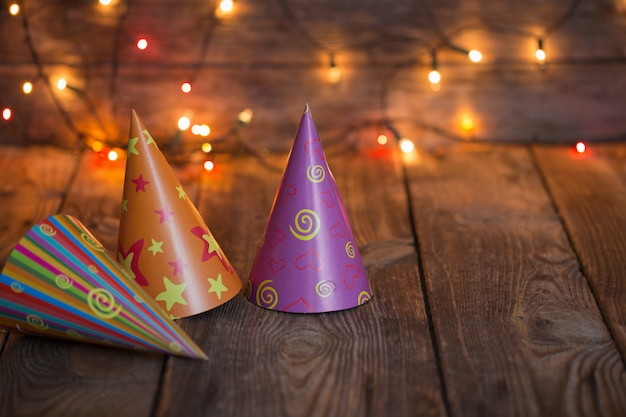 Chapeaux de fête sur une vieille table en bois