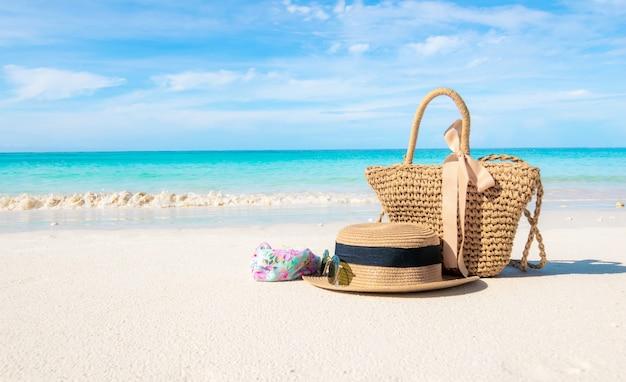 Les chapeaux et les lunettes placés sur la plage et la mer ont des vacances d'été relaxantes