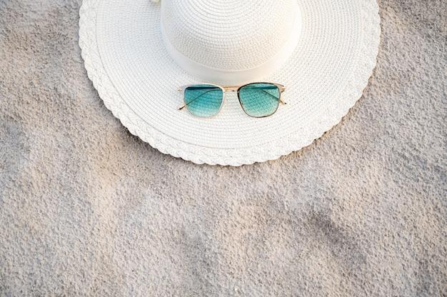 Les chapeaux et les lunettes sont situés sur les plages de la mer bleue par temps clair