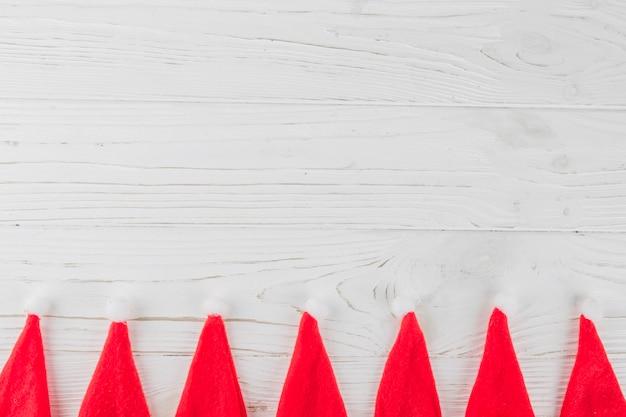 Chapeaux de père noël sur une table en bois