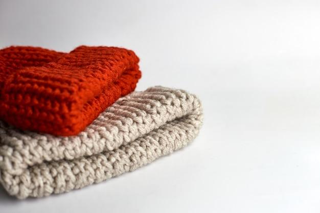 Chapeaux tricotés sur table blanche