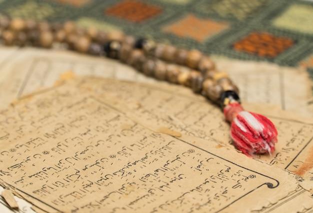 Chapelet musulman avec des pages anciennes des concepts islamiques et musulmans du coran