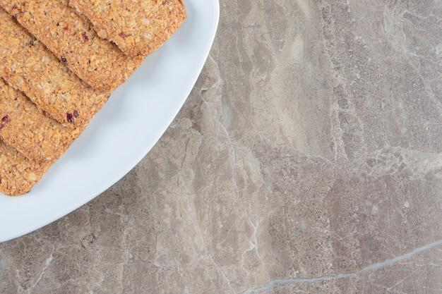 Chapelure et bonbons sur une assiette en marbre.