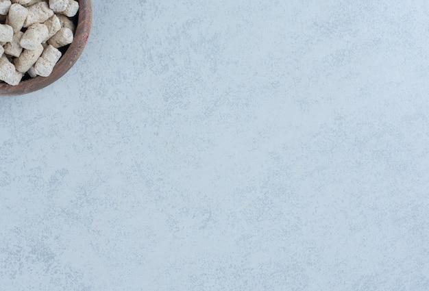 Chapelure de pain dans le bol à côté de la pointe sur le marbre.