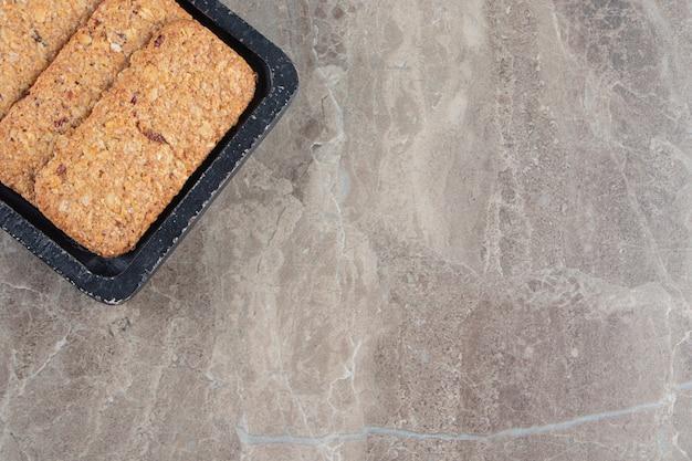 Chapelure savoureuse sur une planche en marbre.