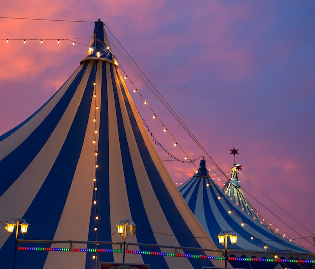 Chapiteau de cirque dans un ciel coucher de soleil dramatique coloré