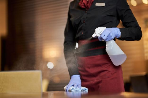 Chaque employé de service suivant de nouveaux protocoles de nettoyage