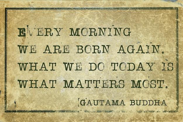 Chaque matin, nous sommes nés de nouveau - célèbre citation de bouddha imprimée sur du carton vintage grunge