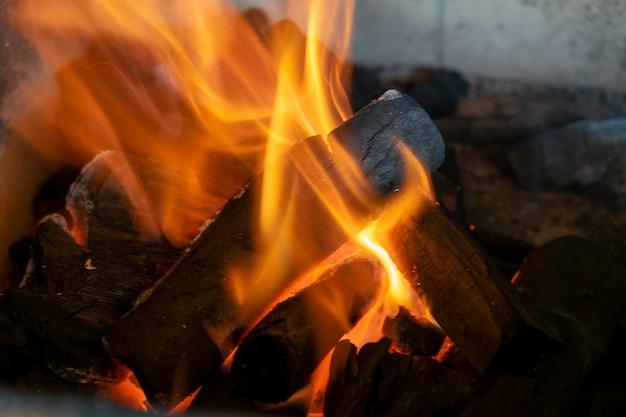 Charbon ardent dans la cheminée