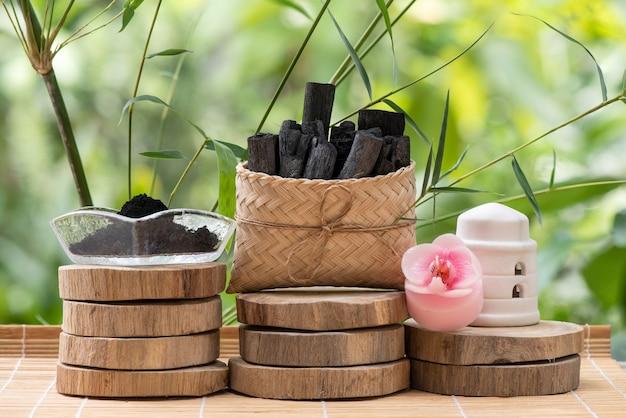 Charbon de bambou et poudre sur la nature.