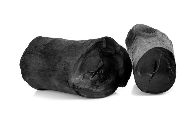 Charbon de bois dur isolé sur blanc.