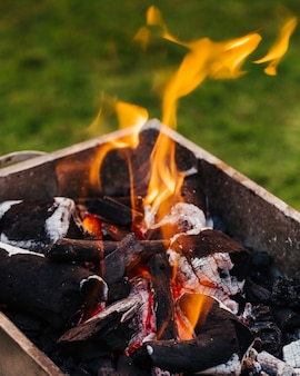 Charbon de bois avec feu. préparation pour la cuisson de plats grillés mixtes.