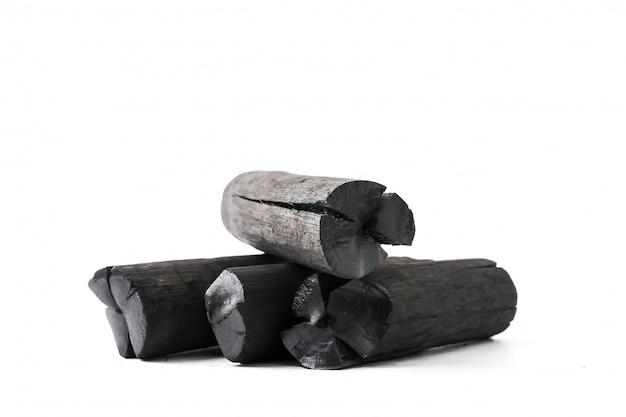 Charbon de bois naturel sur fond blanc