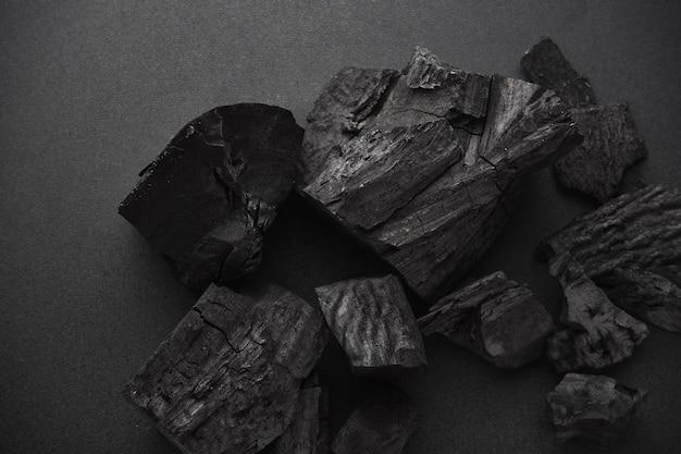Charbon de bois sur sol noir