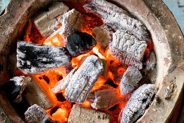 Charbon brûlant avec flamme
