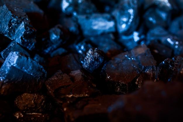 Charbon ou carbone sur le fond sombre. gros plan du charbon.