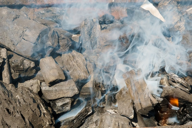 Charbons ardents dans un barbecue grill charbon feu fumée