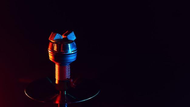 Charbons ardents pour narguilé chicha dans un bol en métal