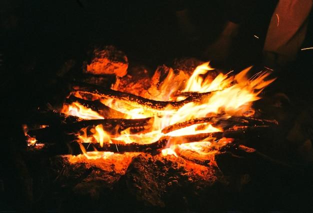 Des charbons ardents rouges dans le feu