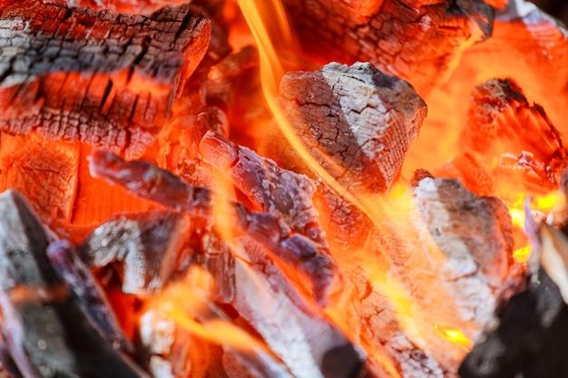 Charbons incandescents dans une fumée de feu de charbon de barbecue