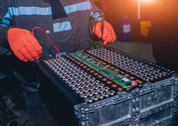 Chargement des batteries du moteur électrique. démontage de la batterie