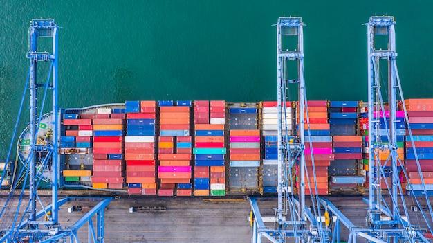 Chargement et déchargement de porte-conteneurs dans un port en haute mer