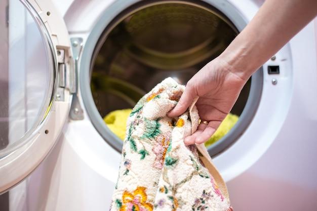 Chargement du linge dans la machine à laver