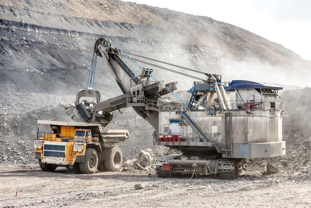 Chargement du minerai avec une pelle puissante. chargement d'un gros camion minier.