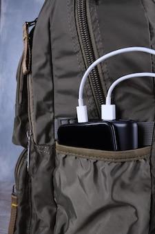 Chargement du téléphone, powerbank charge smartphone, téléphone portable avec banque d'énergie.