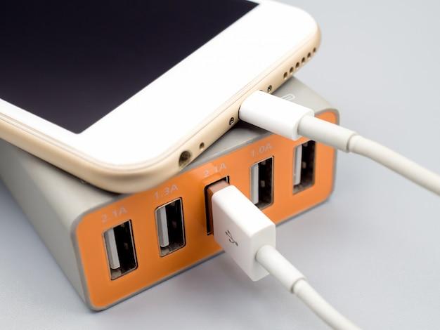 Chargement de smartphone avec adaptateur secteur usb multiport