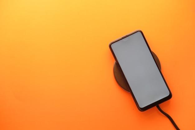Chargement d'un smartphone à l'aide du chargeur sans fil vue de dessus
