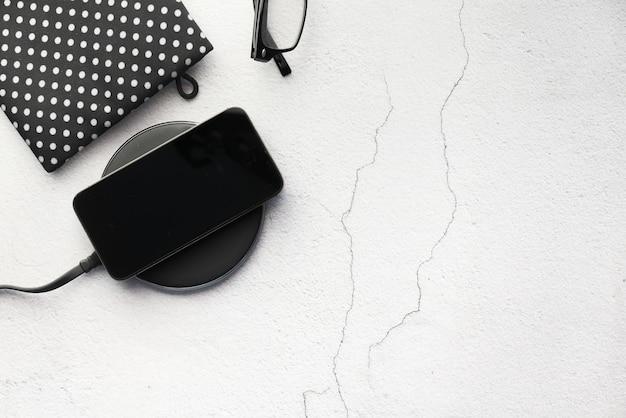 Chargement d'un smartphone à l'aide du chargeur sans fil
