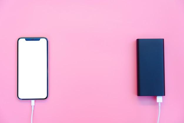Chargement de smartphone avec batterie externe sur rose