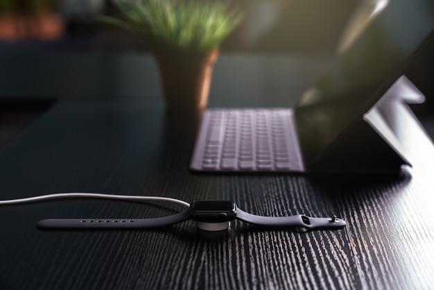 Chargement de la smartwatch sur le chargeur sans fil