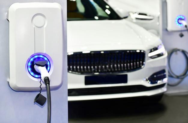 Chargement de véhicule électrique en station avec prise de courant branchée