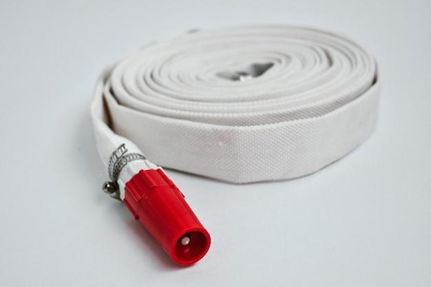 Chargeur de batterie isolé sur fond blanc