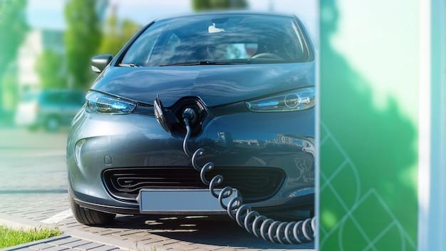 Chargeur branché dans une voiture électrique à la station de charge