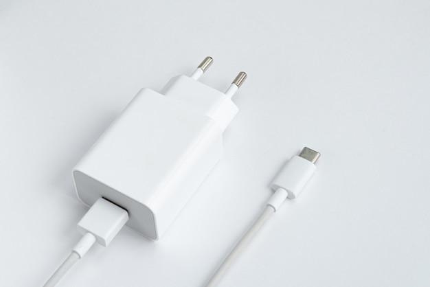 Chargeur et câble usb de type c sur fond isolé blanc