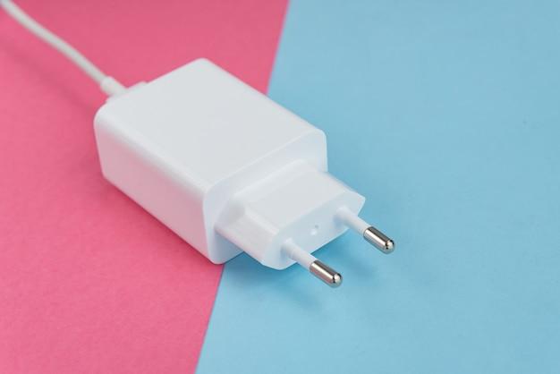 Chargeur et câble usb de type c sur fond rose et bleu