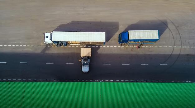 Le chargeur charge le camion. vue de dessus