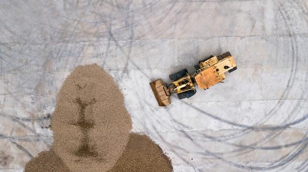 Le chargeur charge les pommes de terre, vue de dessus