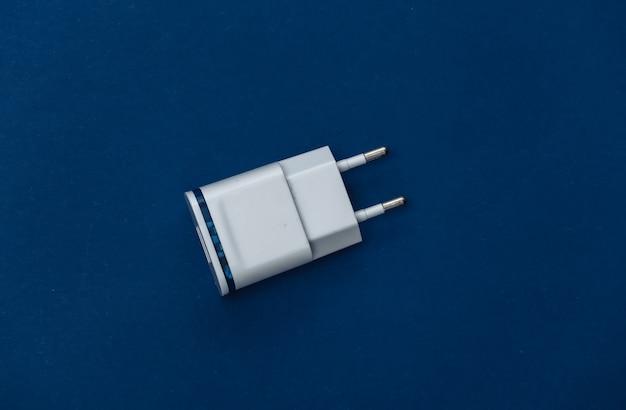 Chargeur sur fond bleu classique. couleur 2020. vue de dessus