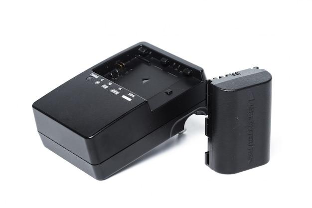 Chargeur pour appareils photo numériques sur blanc isolé